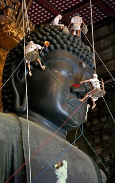 Let's clean the Buddha. Japanese Buddhist Temple Todaiji - Great Buddha of Nara, Japan Buddhist Temple, Buddhist Art, Buddha, Japanese Culture, Japanese Art, Totoro, Zen, All About Japan, Japanese Temple