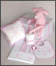 Set # 4 para nena.  Caja de presentación+Babero+babita+juego de sábanas+muñeco+almohadón+portachupete.