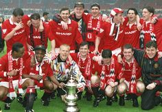 Man Utd players with the 1994 FA Cup after beating Chelsea 4 - 0 Cr7 Football, Best Football Team, World Football, Football Players, Manchester United Fans, Man Utd Squad, Tottenham Hotspur Fc, Fa Cup, Man United