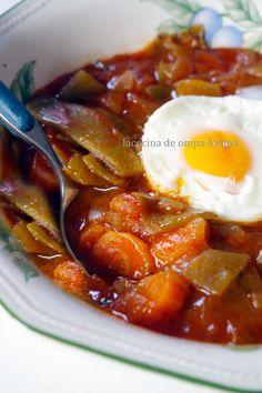 Judías verdes estofadas/ 350 grs de judías verdes --3 tomates maduros --3 zanahorias --2 cebollas --1 diente de ajo --aceite --sal --2 cucharadas de concentrado de tomate -- 3 huevos