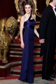 La Princesa de Asturias, nuevamente con un diseño de Felipe Varela. Largo, en azul noche, con escote recto y tirante cruzado.
