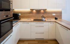 Kuchyně LINE v odstínu magnolia a dub old wood Modern Kitchen Design, Interior Design Kitchen, Modern Design, Shaker Kitchen, New Kitchen, Kitchen Themes, Old Wood, Sweet Home, New Homes