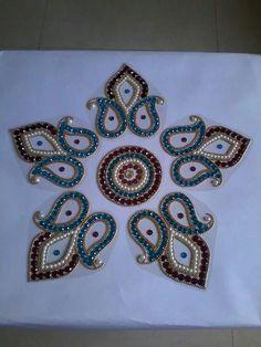 Kundan rangoli Rangoli Patterns, Rangoli Ideas, Rangoli Designs Diwali, Cd Crafts, Flower Crafts, Diy And Crafts, Diwali Decorations, Handmade Decorations, Corner Rangoli