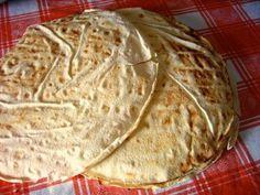 Pane Carasadu aus Sardinien...Es besteht aus runden, dünnen und aufeinander liegenden knusprigen Blättern. Es gibt auch eine Variante von Pane carasau, das pane frattau mit Sugo und Ei.