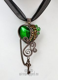 The main bead is silver foil glass (emerald green). The other beads are fire polished glass. The wire is enamel plated copper (grey). The other elements