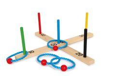 Ringwurfspiel Bunt. Ein klassisches und alt bewährtes Spiel – das Ringwurfspiel. Die Holzringe müssen bei diesem Spiel über die Stäbe geworfen werden. Je nach Schwierigkeit, bringen die Stäbe unterschiedlich viele Punkte. Besonders schwer ist es, den blauen Stab in der Mitte zu treffen. Eine Herausforderung für Jung und Alt. Ein Spiel, welches zu jeder Gelegenheit und überall gespielt werden kann. Perfekt für den Urlaub oder an der frischen Luft im Garten. Holzspielzeug