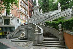 Fuente de Cristino Martos, Madrid, llamada de la Escalinata (Calle Princesa 18) #Madrid. Café Mur está justo atrás