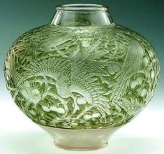 Rene Lalique 'Aras' (No. 919) vase with decorations of birds.