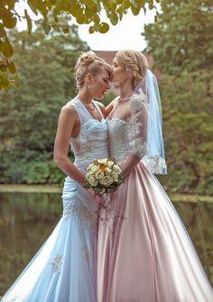 Após ficarem noivas em um parque da Disney, as dinamarquesas Carina e Soerine, mais conhecidas no mundo dos cosplayers como Supergirl e Powergirl, se casaram em julho do ano passado. Apesar de viverem diariamente em meio às fantasias dos seus inúmeros personagens, para a festa de casamento, ambas optaram por serem elas mesmas. Mas nem por isso a cerimônia foi menos mágica. Como você pode ver nas fotos, o casamento das famosas cosplayers foi um verdadeiro conto de fadas, com direito a…
