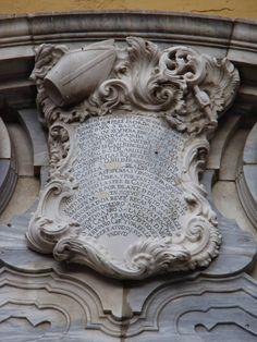 Cartela que hace mención a la colocación de la Virgen de las Angustias de Fernando Ortíz. Mes de Julio del Año 1772. Fachada del Palacio Episcopal de Málaga.
