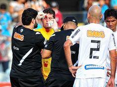 Médicos santistas atendem Rafael depois de lance envolvendo o goleiro santista com o companheiro Bruno Rodrigo  Foto: Fernando Borges/Terra