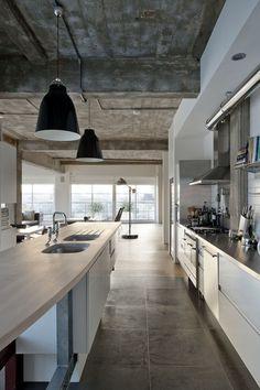 Ook een plaat waar alles in samen komt. Rauwe plafond met blote leidingen, lampen, strakkke keuken, mooie vloer