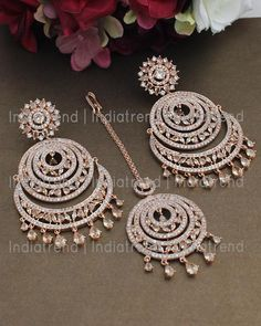 Indian Bridal Jewelry Sets, Indian Jewelry Earrings, Jewelry Design Earrings, Gold Earrings Designs, Tika Jewelry, Bridal Jewellery, Heart Jewelry, Antique Jewellery Designs, Fancy Jewellery