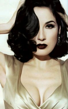 Beauty is. classic pin-up Dita von Teese. ( I don't really like her, but she does vamp very well). Vintage Beauty, Pin Up Vintage, Vintage Makeup, 1950s Makeup, Vintage Hairstyles, Wedding Hairstyles, Moda Pin Up, Dita Von Teese Style, Dita Von Teese Makeup