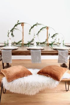 Looking for centerpiece ideas for your Christmas table? Check out these modern Christmas table settings ideas with hoop centerpieces. Christmas Table Centerpieces, Christmas Table Settings, Christmas Tablescapes, Centerpiece Ideas, Holiday Tablescape, Bohemian Christmas, Modern Christmas Decor, Mini Christmas Tree, Nordic Christmas Decorations