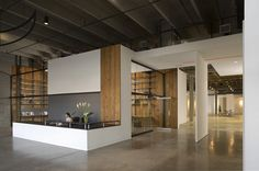Gallery of RedLine / Semple Brown Design – 3 – İndustrial Office Corporate Interiors, Office Interiors, Interior Office, Architecture Desk, Industrial Office Space, Waterfall House, Modern Interior, Interior Design, Real Estate Office