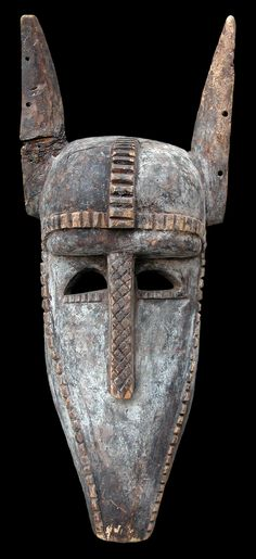 """BAMBARA (Bamana) - Mali  Maschera facciale  """"Kòrè Suruku - Hyène du Kòrè""""  Legno e pigmenti  cm   h50,2 x L20,5 x p13,5  cod. 004"""