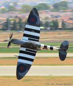 Beautifully-restored Supermarine Spitfire Mk-IXc (Ser this famous iconic British fighter plane's elegant elliptical wing planform. Ww2 Aircraft, Fighter Aircraft, Military Jets, Military Aircraft, Spitfire Supermarine, Ww2 Spitfire, Spitfire Airplane, Auto Union 1000, Wiking Autos
