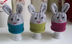 This simple knitting pattern is for a super cute egg cosy to keep your egg warm . A great decoration for your Easter breakfast table . Make in any colours to suit your decor . With an egg cup and creme egg it makes a lovely Easter gift too . Knitting Yarn, Knitting Patterns, Knitting Ideas, Simple Knitting, Cute Egg, Crochet Fall, Crochet Egg Cozy, Big Knits, Egg Designs