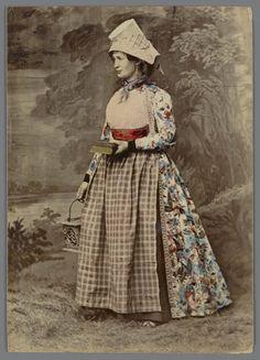 Vrouw in Hindeloper streekdracht 1875-1885 fotograaf: Jager, A. #Friesland #Hindeloopen