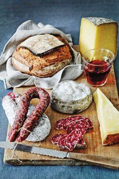 Du vin, pain, saucisson et fromage d' Aveyron, France.