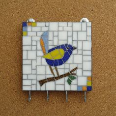 Chaveiro em mosaico - Pássaro Azul Mosaic Birds, Mosaic Ideas, Stained Glass, Hanger, Clay, Mirror, Stone, Frame, Home Decor