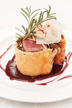 Tenderloin steak packed with a puff pastry, butter, dry sherry, mushrooms, onion & parsley Gourmet Recipes, Cooking Recipes, Vegetarian Recipes, Individual Beef Wellington, Beef Wellington Recipe, Tapas, Beef Dishes, Food Presentation, Food Plating
