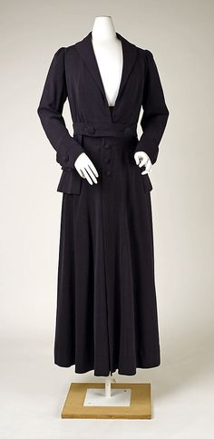 Suit, 1915    http://www.metmuseum.org/exhibitions/view?exhibitionId=%7b05106CBC-1BDF-40A6-87D9-227BC17183FF%7d=80034137=1=60=54=*#