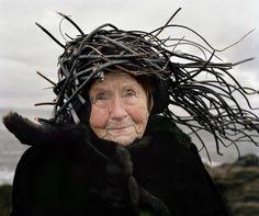 """Uma série de fotos um tanto criativa e inusitada reúne idosos vestindo materiais orgânicos, como galhos, algas e grama, personificando os diferentes elementos da natureza. A ideia é da finlandesa Riita Ikone e da fotógrafa norueguesa Karoline Hjorth, inspirada em tradicionais protagonistas do folclore norueguês. O ensaio que explora a relação do corpo com a...<br /><a class=""""more-link""""…"""