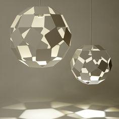 """Pour l'éditeur Spécimen Editions, le designer Japonais Oki Sato a imaginé les """"Dancing Squares Lamps"""", des luminaires à poser ou à suspendre composés de carrés d'aluminium ou d'acier laqué assemblés en sphères."""