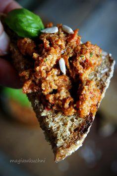 Śródziemnomorska pasta z suszonych pomidorów .