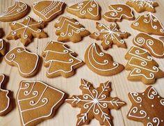 Lemon Foam: Gingerbread pečení a zdobení Christmas Biscuits, Christmas Tree Cookies, Iced Cookies, Christmas Sweets, Christmas Gingerbread, Cookie Desserts, Christmas Desserts, Holiday Treats, Christmas Baking