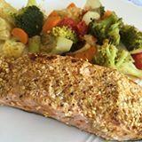 Almoço na mamis com a @christinefranzoni Fiz o salmão grelhado com gergelim! Bem fácil de fazer: só temperar com sal e pimenta do reino e colocar o gergelim por cima. Grelhar de todos os lados até o ponto desejado. A @christinefranzoni fez os legumes. Espia a receita no perfil dela. O que almoçaram hoje? #receitadamimis
