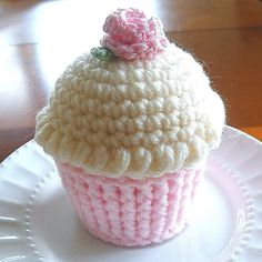 Cupcake Pincushion Crocheted Cupcake Butter by Crochet Cupcake Hat, Crochet Pincushion, Crochet Food, Cute Crochet, Crochet Motif, Crochet Crafts, Easy Crochet Patterns, Crochet Patterns Amigurumi, Amigurumi Toys