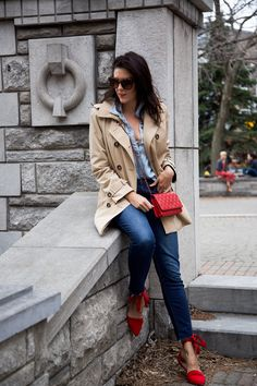 double denim outfit with trench coat and red accessories in Montreal Red Purse Outfit, Denim Outfit, Chic Outfits, Fashion Outfits, Fashion Bags, Spring Outfits, Spring Fashion, Fashion Ideas, Classy Street Style