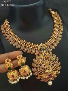 Jewelry Closet, Gold Jewelry Simple, Gold Jewellery Design, India Jewelry, Bridal Jewelry Sets, Jewelry Patterns, Necklace Designs, Bellisima, Jewelry Collection