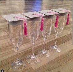Elabora interesantes centros de mesa para una graduación utilizando copas de cristal y otros elementos.     Decorar una mesa para graduació...