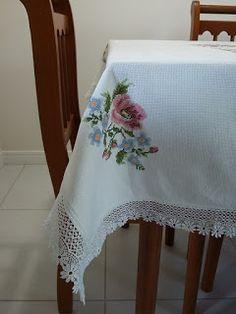 Pinto e Bordo - Detalhe do conto da toalha de mesa bordado em ponto cruz e bico com renda de gipir.
