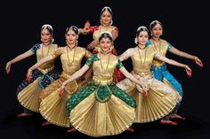 Another dance form of South India that you surely can't miss: Bharatanatyam! South India has many classical dance forms. Bharatanatyam is perhaps the most well known one. Isadora Duncan, Folk Dance, Dance Art, Indian Classical Dance, India Art, Dance Poses, Indian Festivals, Dance Fashion, Dance Pictures