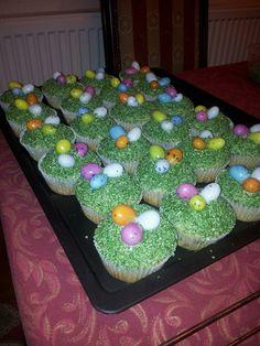 Smícháme si v 1 misce sypké přísady (mouka, PDP, soda). V druhé misce smícháme vejce, mléko (dávám nejprve méně), cukr a máslo. Tekutou směs... Easter Cupcakes, Desserts, Food, Kuchen, Tailgate Desserts, Deserts, Essen, Postres, Meals