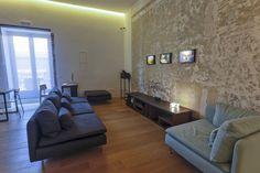 Lo spazio sito in centro storico, si propone come 'strumento d'indagine', come cerniera tra un tessuto urbano sedimentato, come osservatorio dei mutamenti socio-antropologici e dei 'passaggi' che lo attraversano.  #microhotel #palermo #accomodation #design #N38E13 #arthotel #sicily #culturalspace