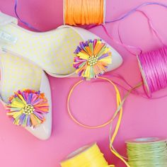 Your shoes will be showstoppers with these easy raffia shoe clips!