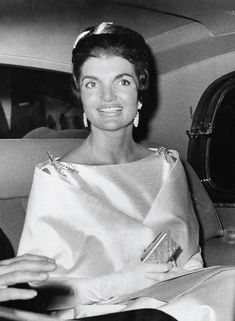 Photos in the Book Jackie and Cassini: A Fashion Love Affair Jackie Kennedy Style, Jacqueline Kennedy Onassis, Les Kennedy, John Kennedy, Kennedy Wife, Jaqueline Kennedy, Jfk, Grace Kelly, Timeless Fashion