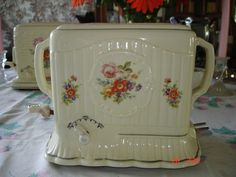 Oh, how I would love to own this vintage porcelain toaster! Love Vintage, Vintage China, Vintage Beauty, Vintage Decor, Vintage Antiques, Retro Vintage, Vintage Appliances, Vintage Kitchenware, Vintage Dishes