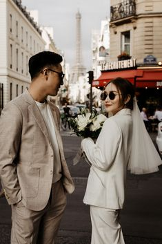 Foto Wedding, Elope Wedding, Wedding Couples, Elopement Wedding, Paris Wedding, Wedding Engagement, City Engagement Photos, Pre Wedding Poses, Wedding Picture Poses