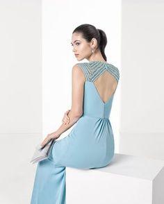 Vestido comprido cingido de crepe com brilhantes bordados, decote em bico e costas abertas, complementado com transparência em azul-acinzentado, verde e azul-cobalto.