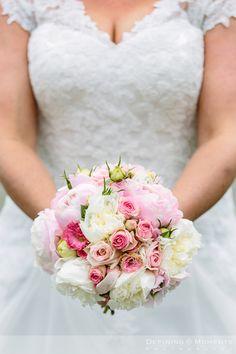 Bruidsboeket met witte en roze rozen en pioenrozen.
