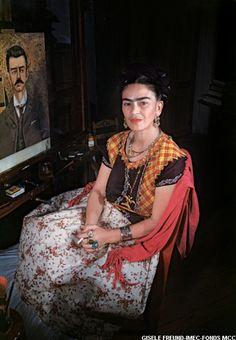 Frida Kahlo devant le portrait de son père - photo Gisèle Freund 1950 / 1952