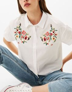 Cropped shirt with embroidered flowers. Discover this and many more items in Bershka with new products every week Cropped shirt with embroidered flowers. Discover this and many more items in Bershka with new products every week Embroidery On Clothes, Embroidered Clothes, Embroidery Fashion, Embroidered Flowers, Flower Embroidery, Diy Fashion, Ideias Fashion, Fashion Outfits, Color Fashion