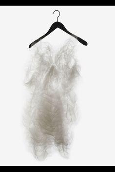 """Kleid von Ying Gao in der Ausstellung """"Technosensual"""" im Wiener Museumsquartier."""